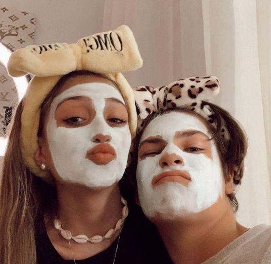 Coppia che fa smorfie con indosso una maschera viso di bellezza