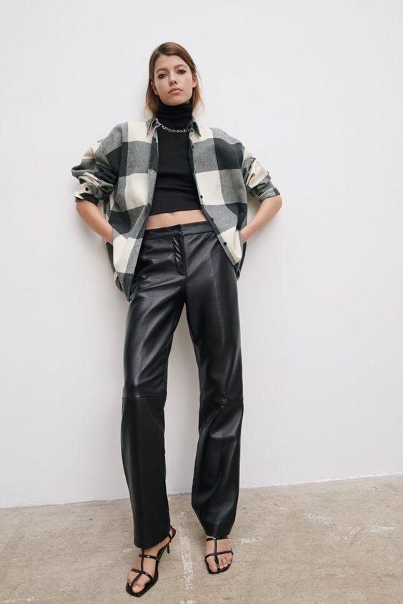 Modella con giacca oversize, pantaloni di pelle ma dolcevita corto