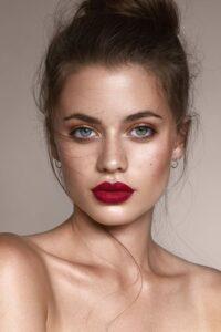 Modella con trucco nude e rossetto rosso mattone